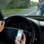 Ritiro della patente per i chi usa lo smartphone alla guida.